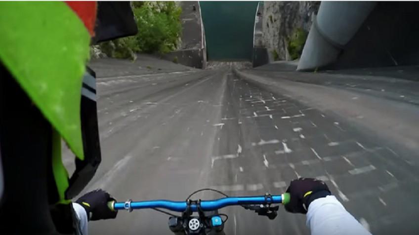 Espectacular bajada de 60 metros en bici por la pared vertical de una presa
