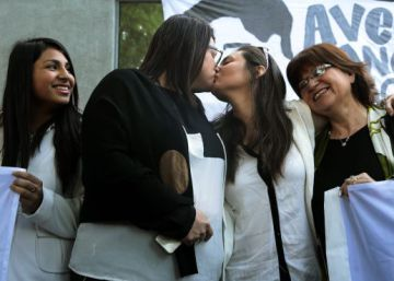 Chile grants same-sex couples civil partnership licenses
