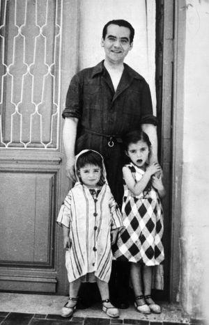 Federico García Lorca with his nieces.