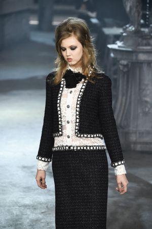 Una de las propuestas de Lagerfeld que reinterpreta el clásico traje de Chanel.