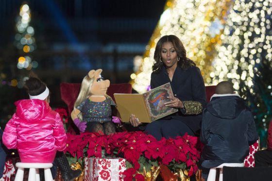 Obama inaugura la Navidad junto a Papá Noel y a la cerdita