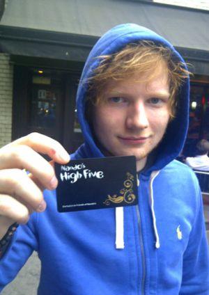 Ed Sheeran muestra su tarjeta VIP de Nandos