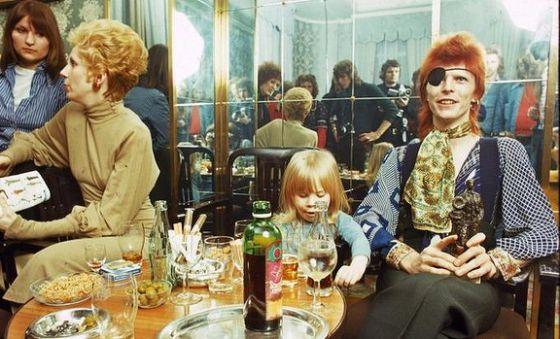 Bowie com Duncan Zowie Jones (futuro diretor de filmes como 'Moon' e 'Código fonte') fruto de sua relação com Angela Bowie, em Amsterdã em 1974