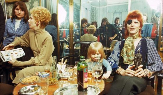 Angie y David Bowie, con su hijo Duncan, en una rueda de prensa en Amsterdam en 1974.
