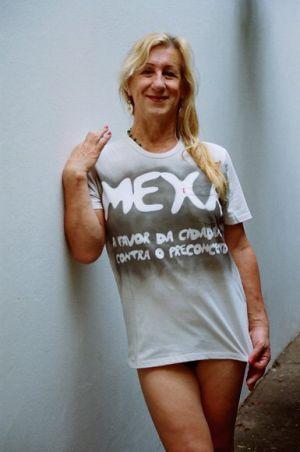 Laerte Coutinho com uma t-shirt do movimento LGTB Mexa.