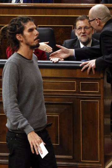 Alberto Rodríguez passing in front of acting prime minister Mariano Rajoy on Thursday.