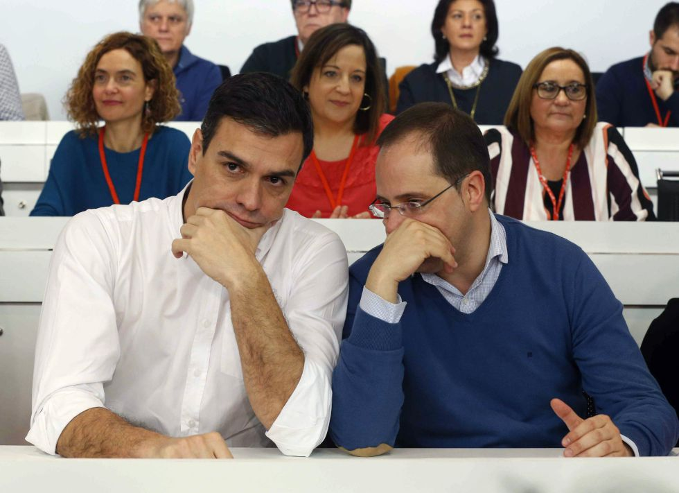 El secretario general del PSOE, Pedro Sánchez (iz) y el secretario de Organización, César Luena, durante la reunión del Comité Federal en Madrid.