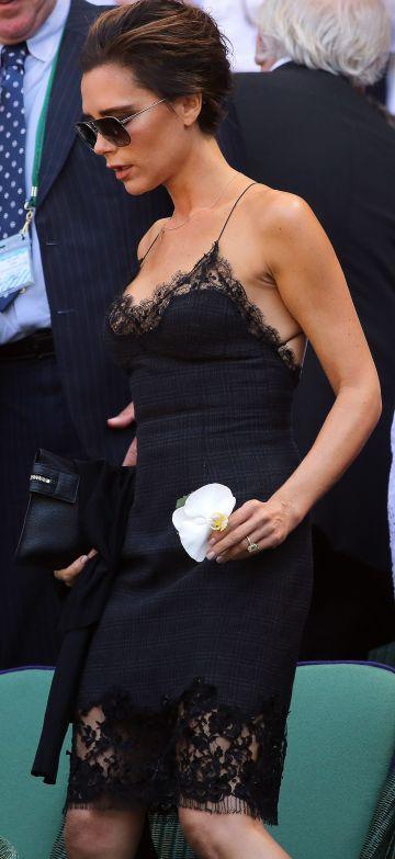 Victoria Beckham con un vestido-combinación color negro diseño de Marc Jacobs para Louis Vuitton.