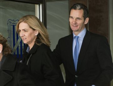 Cristina de Borbón and Iñaki Urdangarin exit the courtroom.