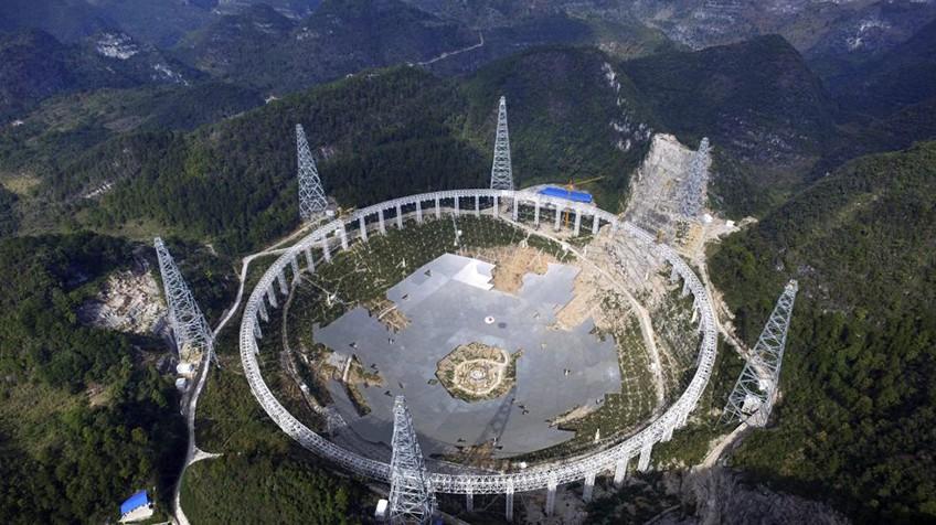 O maior radiotelescópio do mundo, chamado FAST.