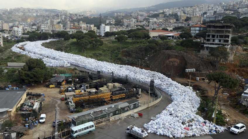 O rio de lixo que afoga Beirute