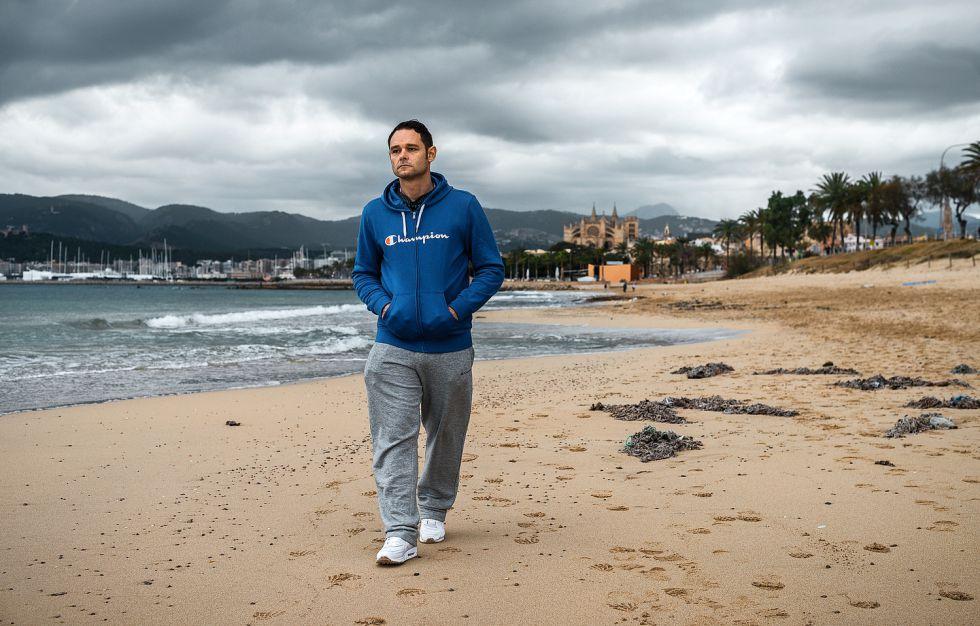Romano, que está a punto de cumplir 43 años, se reencuentra con el Mediterráneo paseando por la playa de Palma.