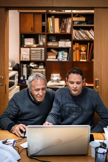 El padre Jaume Alemany, capellán de las prisiones mallorquinas, enseña al holandés cómo manejarse en Facebook.