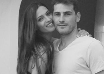 In English: Soccer star Iker Casillas and partner Sara Carbonero get married in secret
