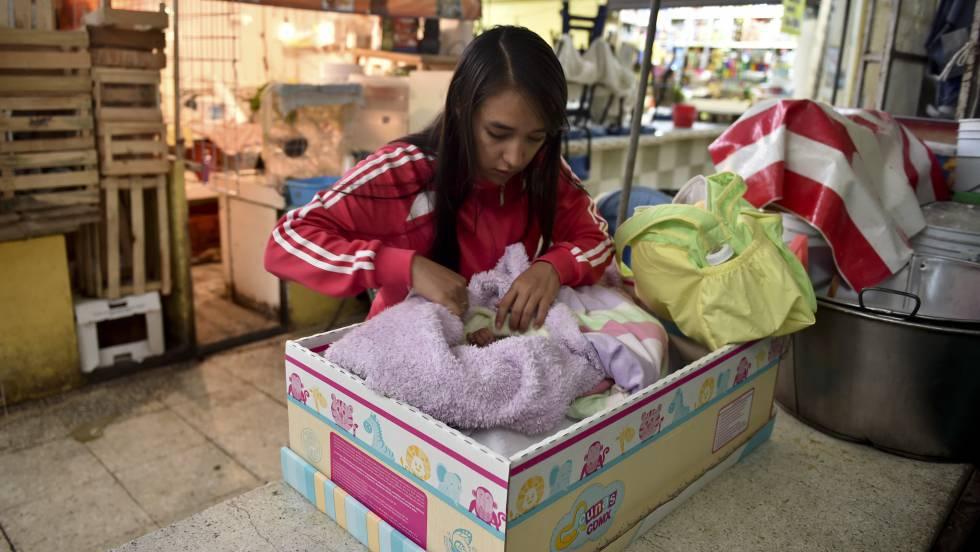 Mulher recebe kit de ajuda para bebês na Cidade do México.
