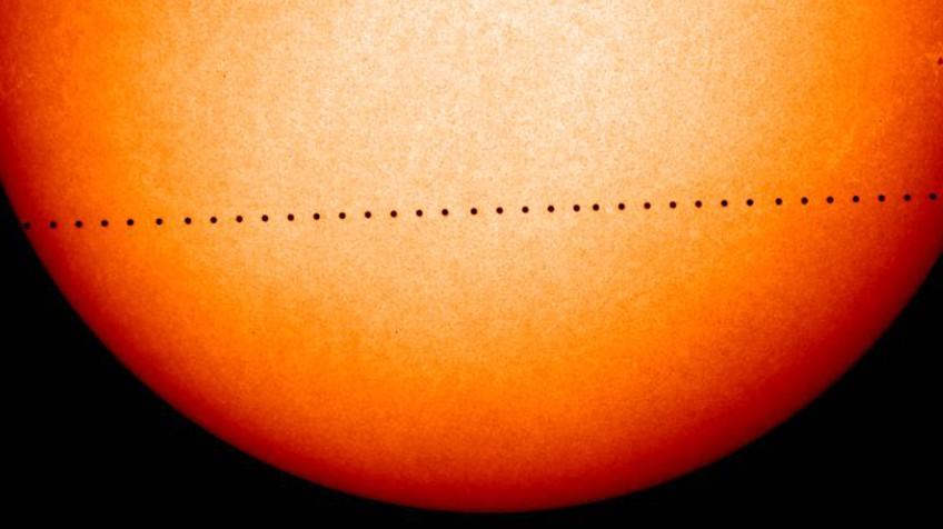 No trânsito, Mercurio aparece como um ponto negro. NASA