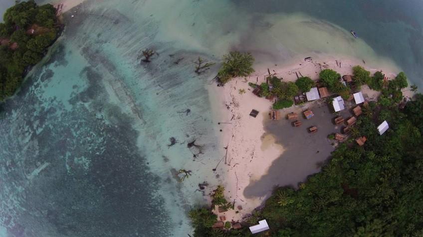 A imagem aérea mostra a ilha de Nuatambu partida em duas pelas águas.