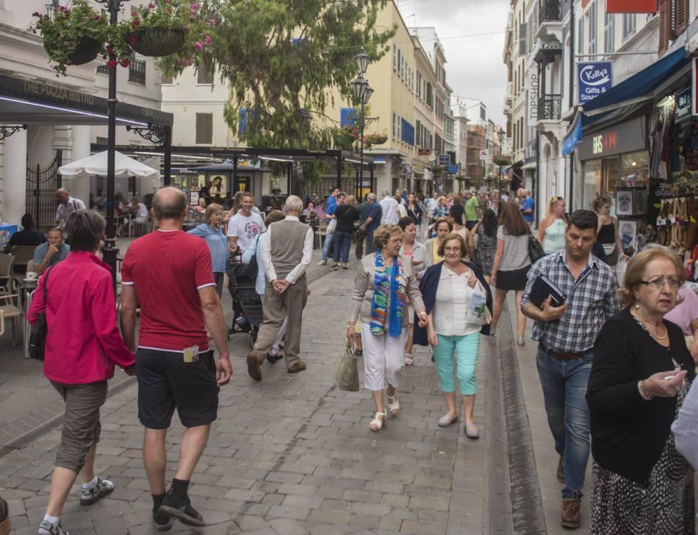 Viadantes en la calle principal de Gibraltar