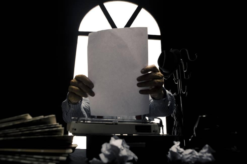 Un hombre escribiendo a máquina