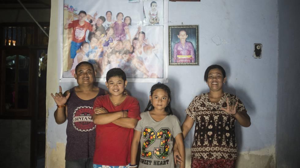 Los bailarines sordos Nyoman (izquierda) y Pindu (derecha), con dos de sus tres hijas, Sumarni, de 16 años y Nadi, de 11, en Benjkala, un pueblo al norte de Bali, donde de sus poco más de 2.000 vecinos, 46 padecen sordera de nacimiento, en abril de 2016.