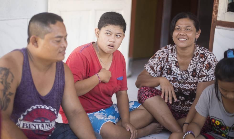 Sumarni, de 16 años, la hija media del matrimonio Pindu y Nyoman, en la entrada de su casa en Bengkala, norte de Bali.