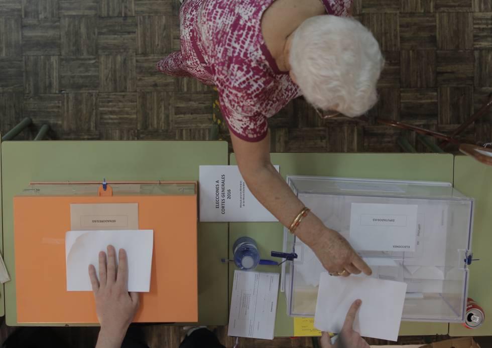 Una mujer vota en las elecciones generales en Madrid.