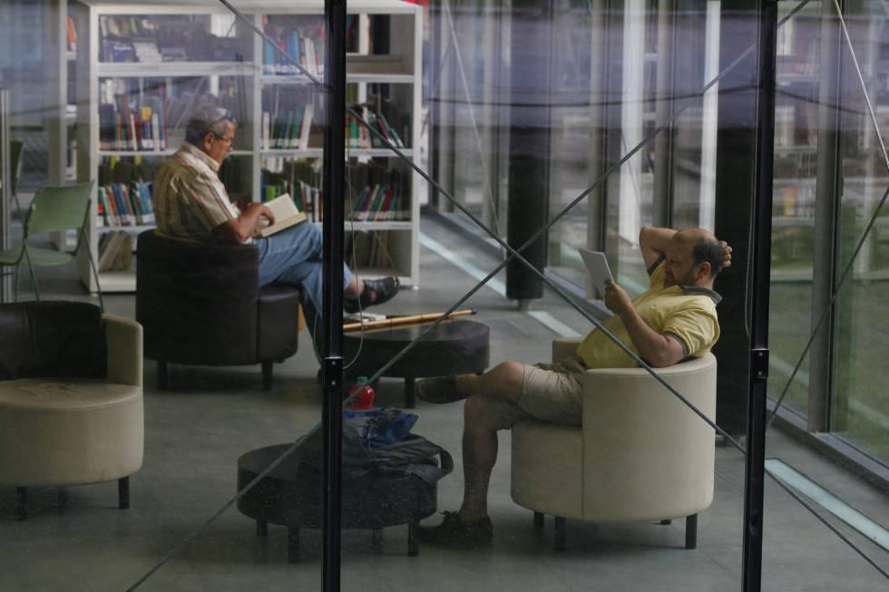Momentos de lectura en una biblioteca pública.