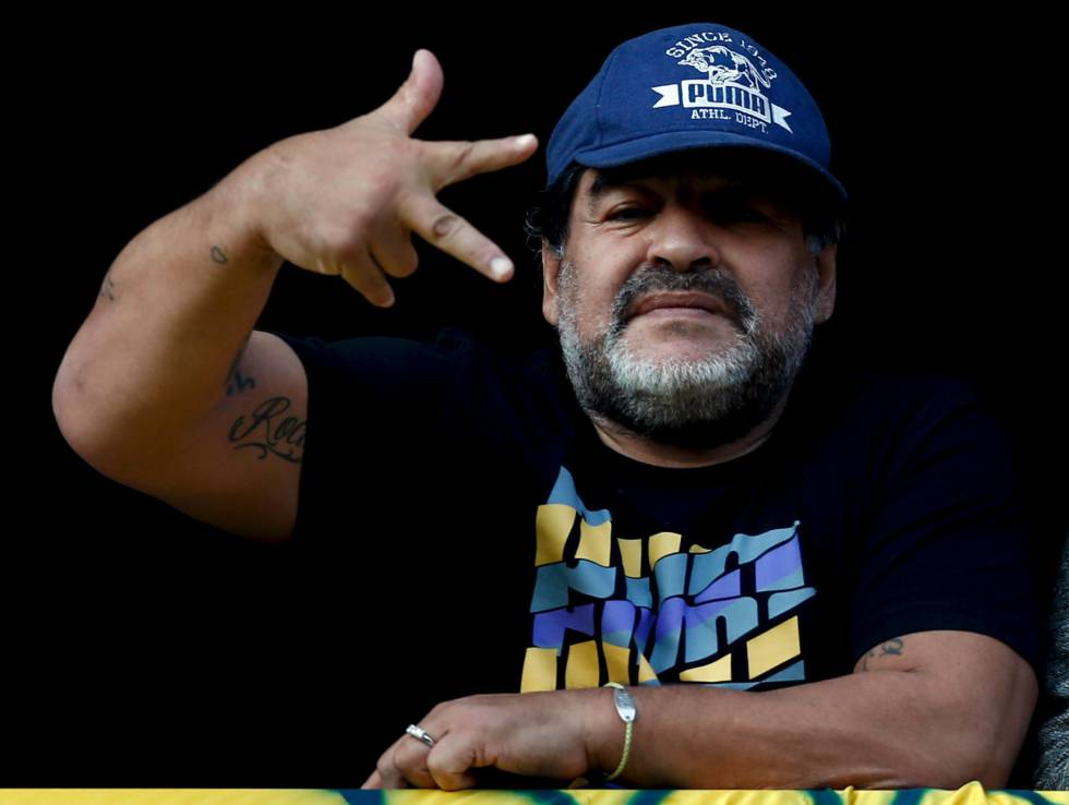 Diego Armando Maradona gesticula desde un balcón el pasado verano durante un partido entre el Boca Juniors y el Quilmes, en el estadio La Bombonera en Buenos Aires.