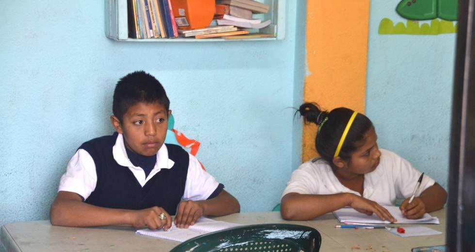 Dos alumnos asisten a una de las clases en la escuela Pasos Extraordinarios, creada en 2011 gracias a las aportaciones económicas de empresarios y entidades privadas
