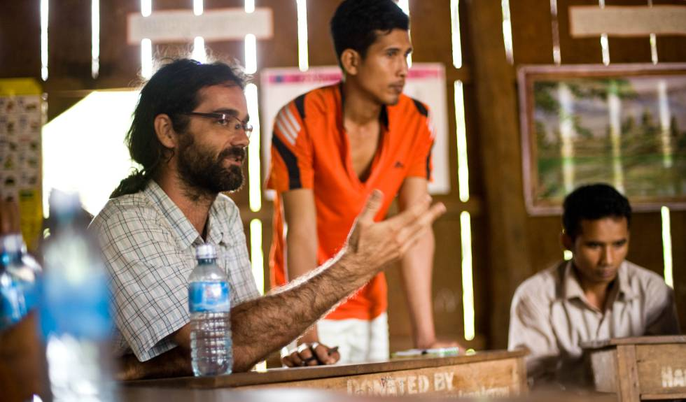 Activismo medioambiental en Camboya- Alejandro González Davidson habla con las comunidades del valle de Areng en julio de 2014. DANIEL HOSHIZAKI