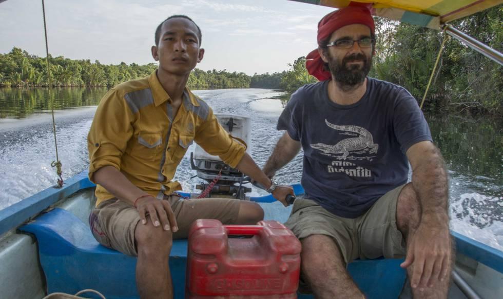 Activismo medioambiental en Camboya - San Mala (izquierda) y Alejandro González Davidson (derecha) navegan en un barco por el valle de Areng. ROD HARBINSON