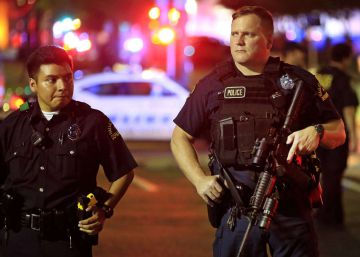 DALLAS, TX - JULY 7: Dallas police stand watch near the scene where four Dallas police officers were shot and killed on July 7, 2016 in Dallas, Texas. According to reports, shots were fired during a protest being held in downtown Dallas in response to recent fatal shootings of two black men by police - Alton Sterling on July 5, 2016 in Baton Rouge, Louisiana and Philando Castile on July 6, 2016, in Falcon Heights, Minnesota. Ron JenkinsGetty ImagesAFP  == FOR NEWSPAPERS, INTERNET, TELCOS & TELEVISION USE ONLY ==