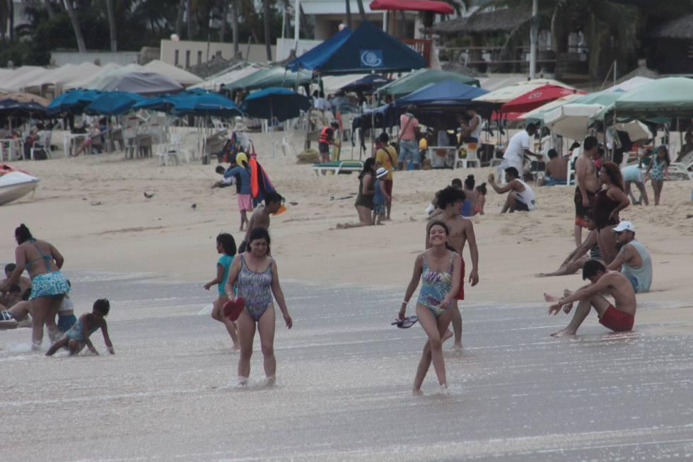 Turistas disfrutan de la playa.