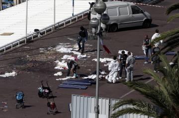 Investigadores de la policía en el Paseo de los Ingleses en Niza.