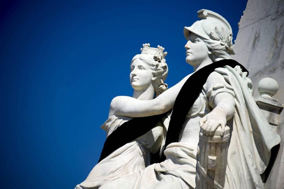 Bandas negras decoran las estatuas del Monumento del Centenario, en el paseo de los Ingleses de Niza.
