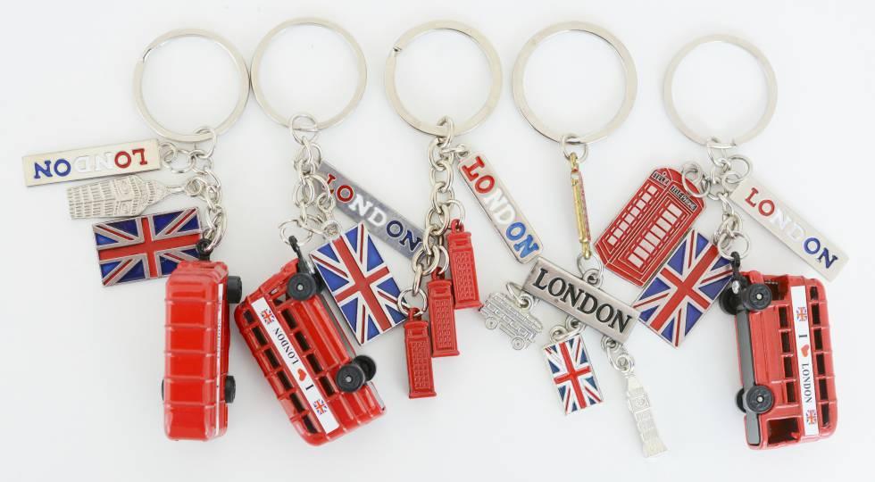 Llaveros con las tres cosas más inglesas que se pueden encontrar: un autobús rojo de dos pisos, una cabina de teléfono y la bandera del Reino Unido.