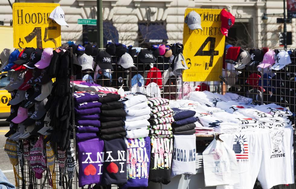 Puesto callejero repleto de camisetas con el logotipo