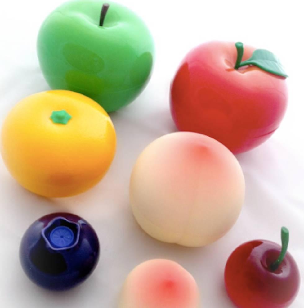 Cremas y bálsamos labiales en envases con forma de frutas.