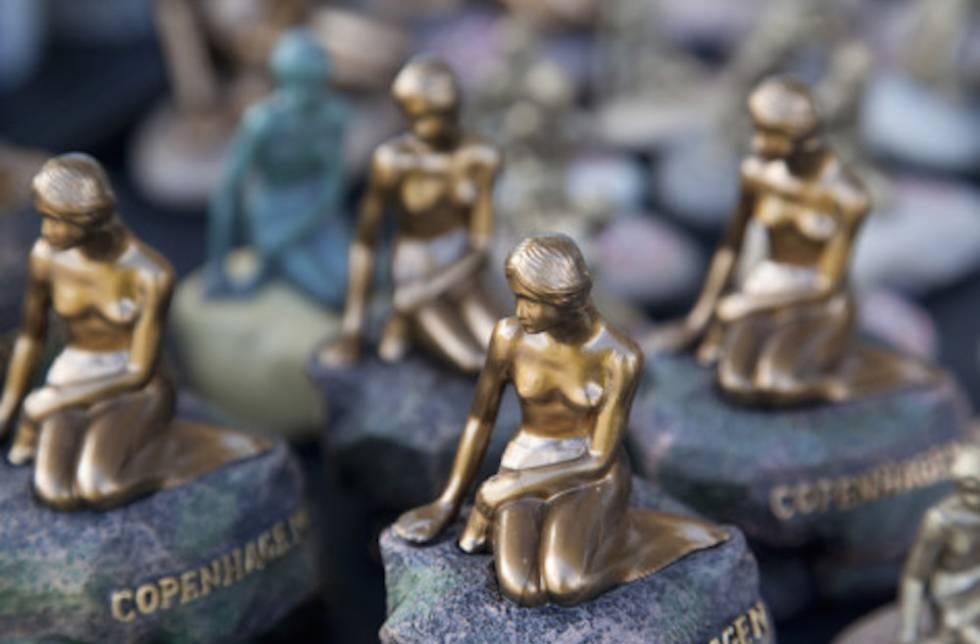 Replicas en miniatura de la sirenita de Copenhague.