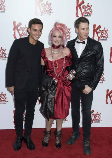 Daley y Lance com a cantora Cindy Lauper, na estreia do musical