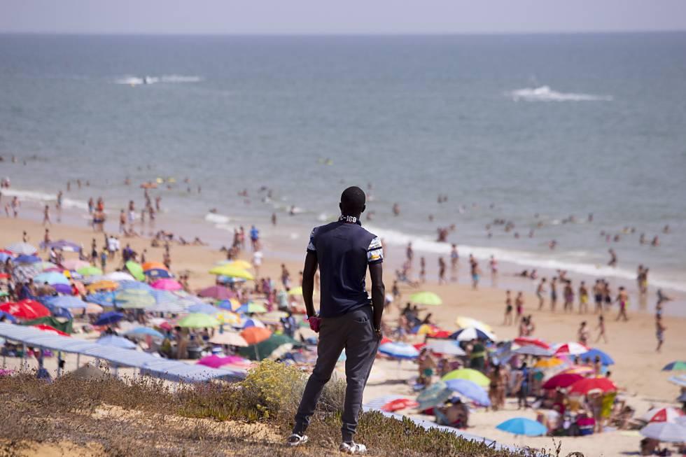 Nadya, un inmigrante senegalés, en la playa de Matalascañas de Huelva.