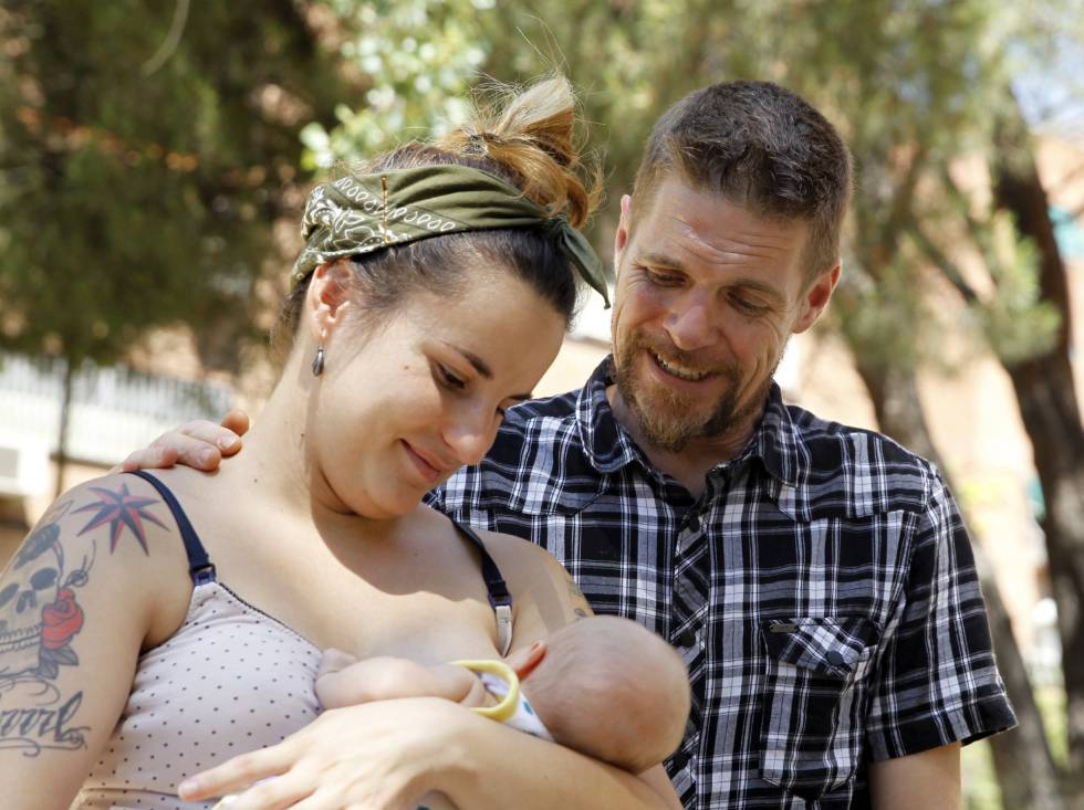 Los padres del recién nacido al que quieren llamar Lobo tras enterarse de que se tiene la intención de admitir el nombre para el bebé.