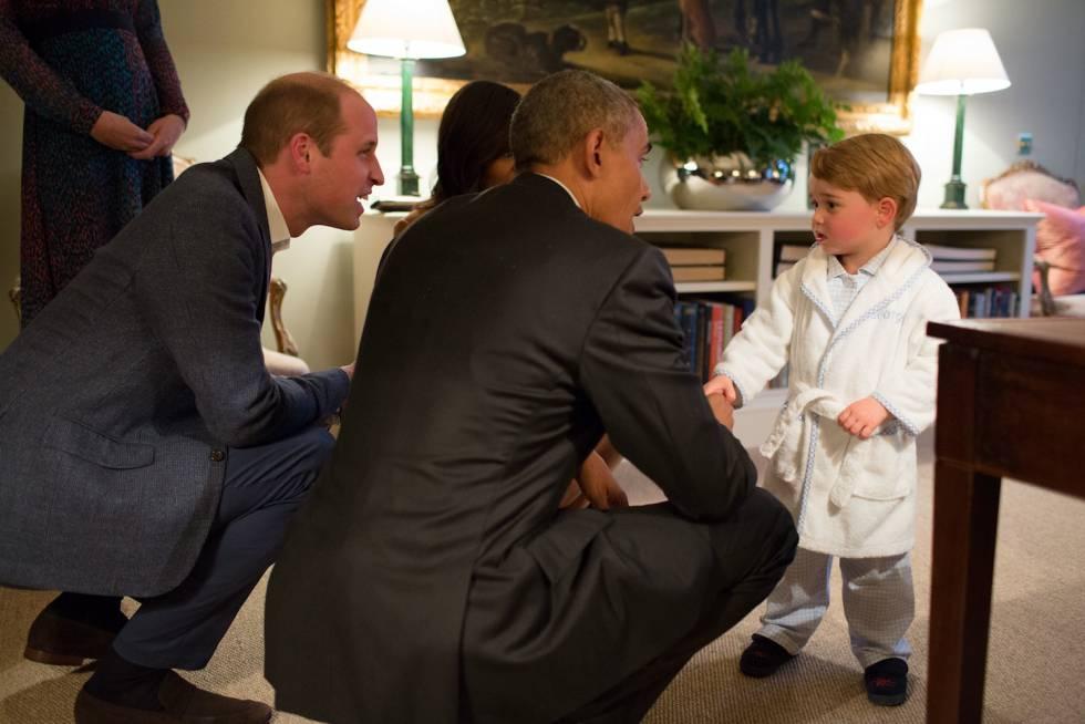 El duque de Cambridge y el presidente estadounidense, Barack Obama, agachados para hablar con el príncipe Jorge.
