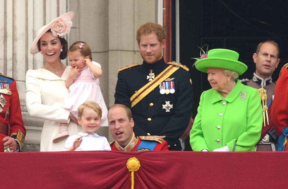 La reina de Inglaterra, Isabel II, reprende a su nieto, el duque de Cambridge, por incumplir el protocolo. Él solo intentaba educar a su hijo en la fortaleza emocional.