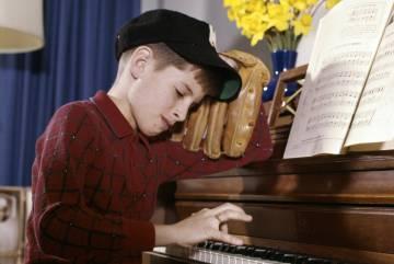 Niño tocando el piano.