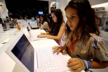 Niños navegando por Internet.