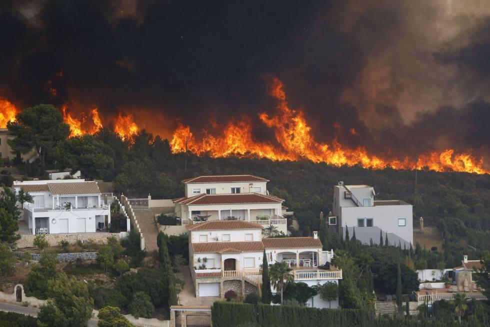 El fuego en la urbanización Cumbres del Sol junto al paraje natural de La Granadella (Jávea).