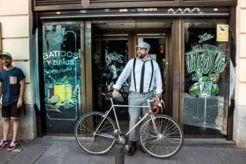 Un vecino del barrio de Malasaña (Madrid) con, como no, una bicicleta, en el bar la bicicleta.