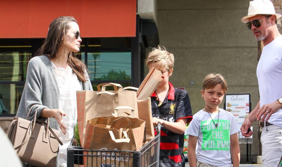 El matrimonio, con sus hijas, Shiloh y Vivienne, el pasado mes de julio en Los Ángeles.