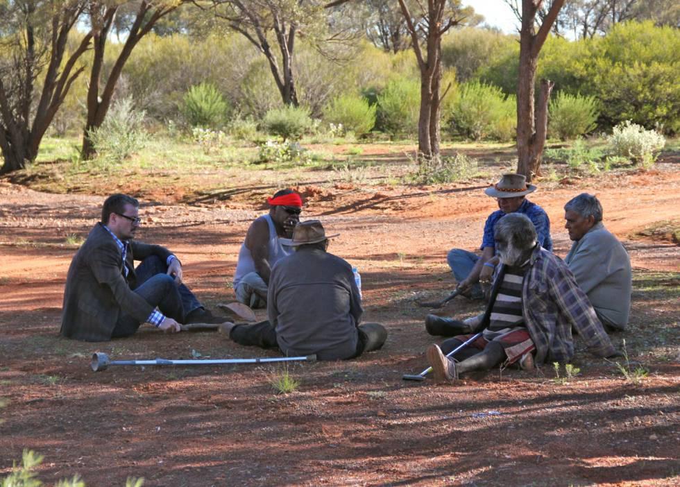 El profesor Eske Willerslev habla con ancianos aborígenes en el suroeste de Australia.